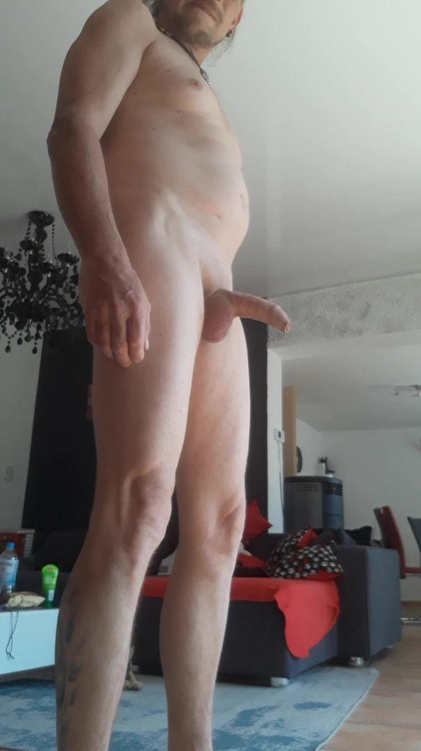Nackt Im Wohnzimmer