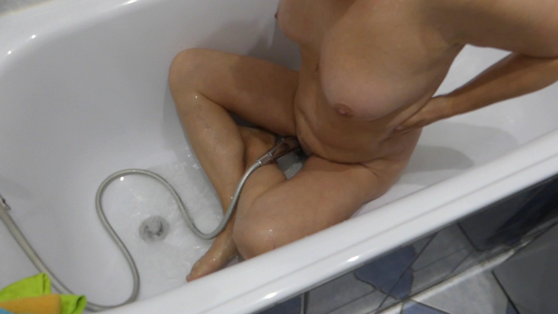 Nackt In Badewanne